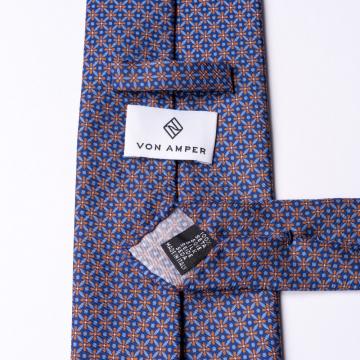 Blaue Krawatte aus Seide  mit orangenem Blumenmuster.